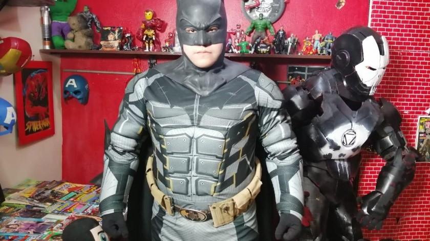 Juan José compra la mayoría de los trajes, pero él hace algunos cambios a las armaduras, capas y máscaras.(Julián Ortega)