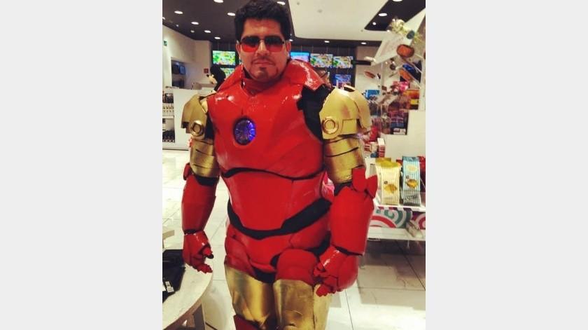 Un amigo suyo lo contrata de vez en cuando para disfrazarse de 'Iron Man' para su negocio.(Facebook)