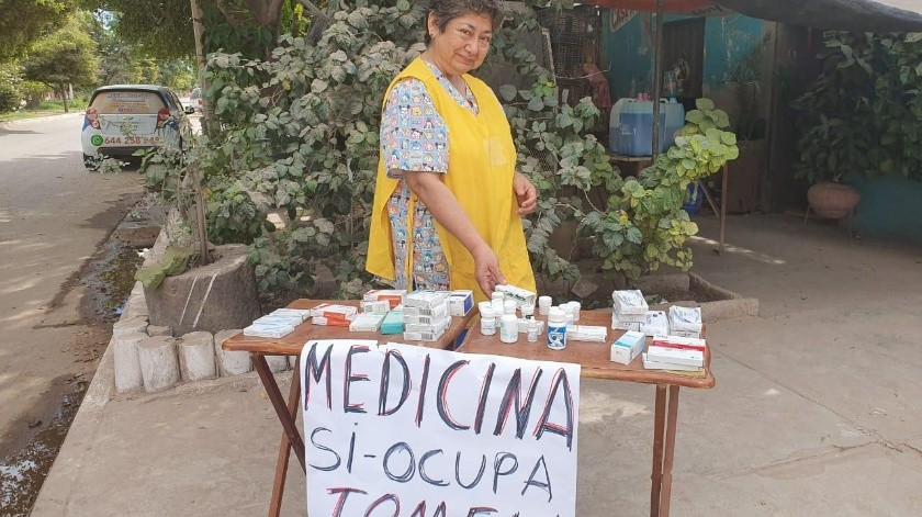 Doña María ofrece medicina a quienes necesitan en una mesita que coloca afuera de su casa en Obregón.(Mayra Echeverría)