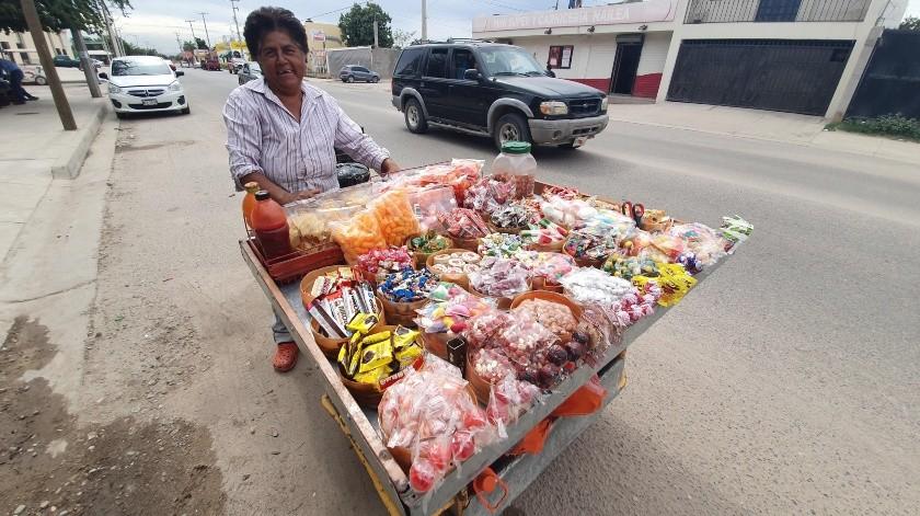 Rosa Sandoval Aguilar, de 56 años, disfruta el salir a vender dulces todos los días.(Gamaliel González)