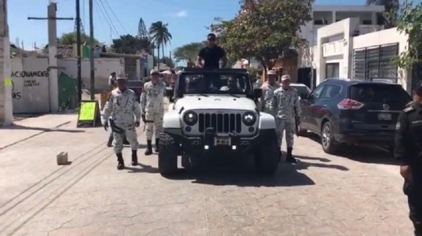 Roberto Palazuelos custodiado por elementos de la Guardia Nacional en el Carnaval de Progreso, Yucatán.(Instagram)