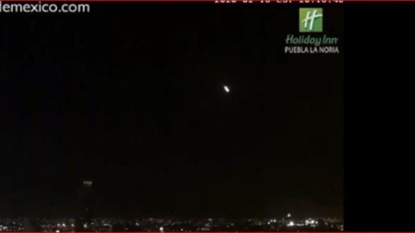 Usuarios de Internet avistaron el veloz paso de un meteorito en los cielos de México desde diversos puntos de la República.