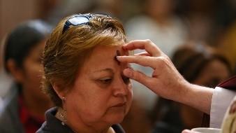 Feligreses reciben el miércoles de ceniza en la Catedral de Mexicali