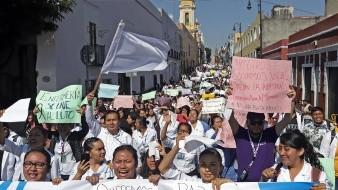Miles marchan por el asesinato de tres universitarios y conductor en Puebla