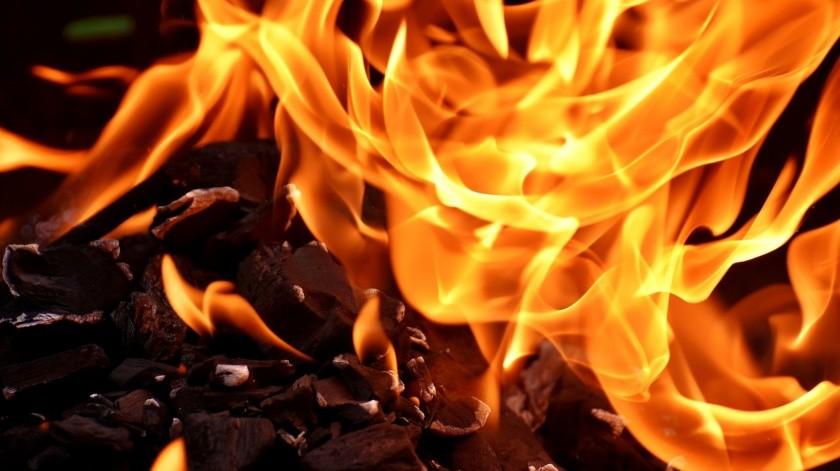 Indicó que luego de la agresión la roció de gasolina y le prendió fuego, para posteriormente salir de la vivienda y huir.(Pixabay)
