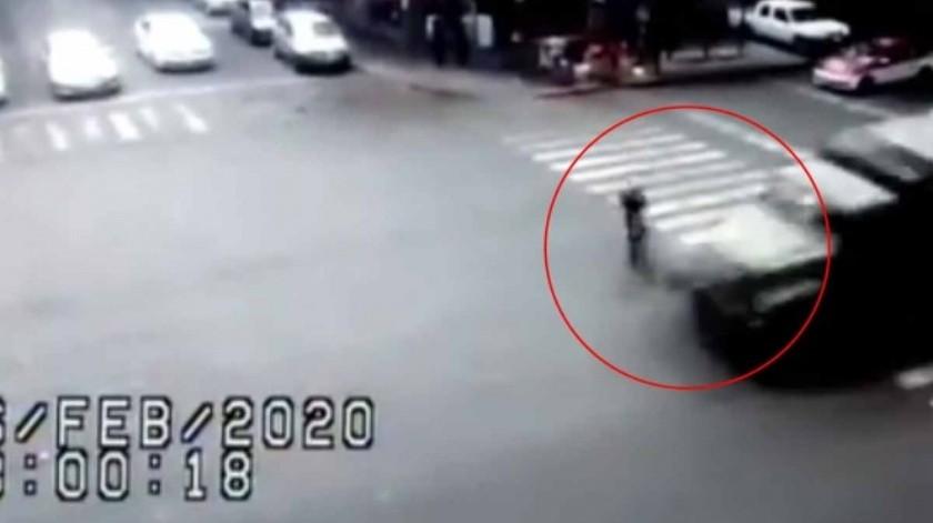 Vehículo militar arrolla a ciclista en CDMX(Captura de pantalla)