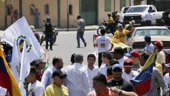 Socialistas apuntan armas en marcha de Guaidó en Venezuela