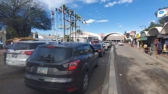 Suben tiempos de espera para cruzar por garitas de Nogales