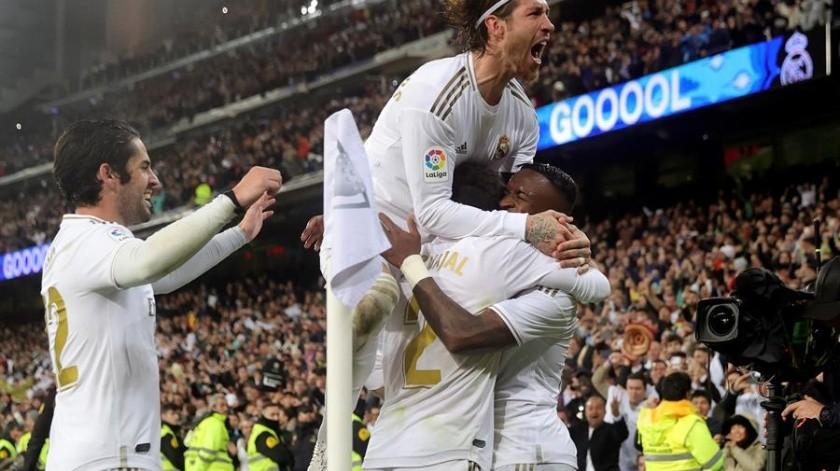 El Real Madrid recuperó el liderato de LaLiga Santander gracias al premio al descaro de Vinicius, el mejor de un clásico que midió estilos para acabar premiando el vértigo y la máxima entrega de los jugadores de Zinedine Zidane.(EFE)
