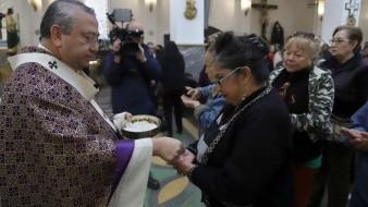 A la hora de comulgar, la hostia se entregará en la mano de los feligreses y no en la boca como tradicionalmente se hace.