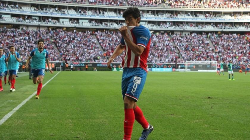 José Juan Macías besa el escudo de Chivas tras marcar el primer gol.