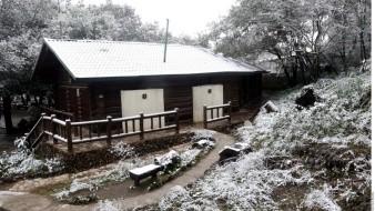 Se prevén valores mínimos de -10 a -5 grados Celsius en las sierras de Chihuahua y Durango y mínimas de -5 a 0 grados Celsius en zonas montañosas de Baja California, Coahuila, Estado de México y Zacatecas.