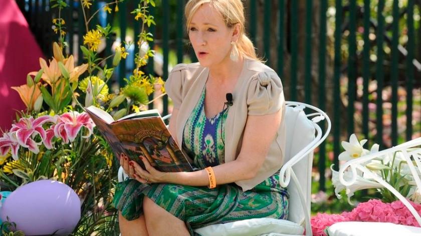 """La escritora JK Rowling lee el libro """"Harry Potter y la Piedra filosofal"""".(EFE)"""