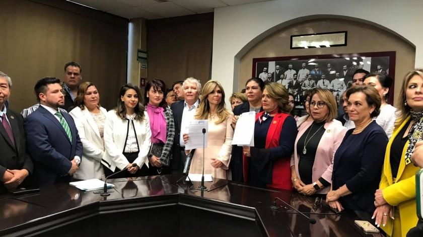 La gobernadora de Sonora entregó un proyecto de reformas para proteger a mujeres que sean víctimas del ciberacoso.(Yamileth Hernández)