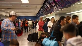 Los pasajeros tuvieron que esperar horas para saber qué pasaría con su vuelo.