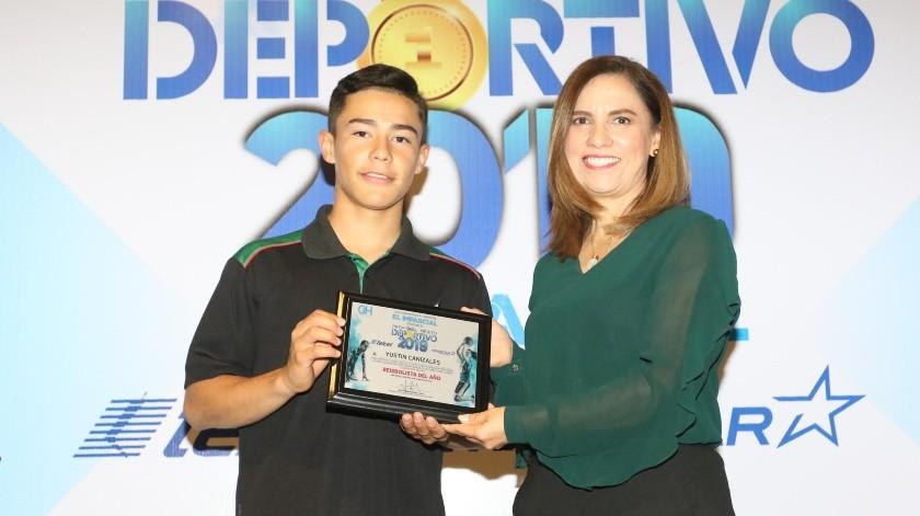 Yustin Canizales recibe su reconocimiento de manos de Lourdes Lugo.(Eleazar Escobar)