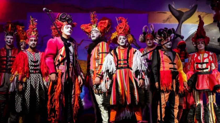 Integrantes de la murga Agarrate Catalina se presentan durante las celebraciones del carnaval, en Montevideo, Uruguay.(EFE)