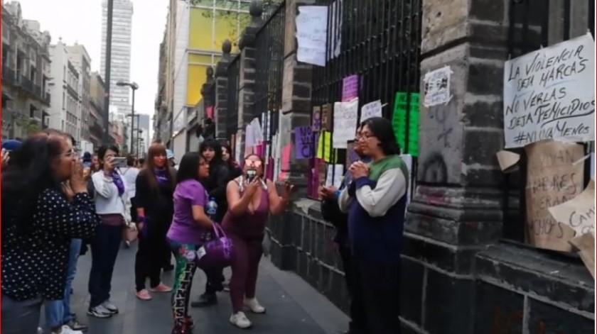 Esta acción, que fue grabada en un video, provocó molestia entre las manifestantes, quienes se detuvieron a mirar a la pareja.