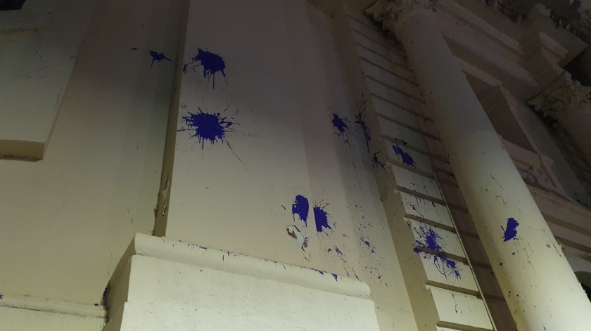 Manifestantes lanzaron pintura color morado a las paredes de Catedral de Hermosillo, además de haber realizado pintas y haber roto algunos vidrios.