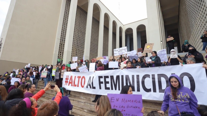 Mujeres hermosillenses se congregaron en las escalinatas de la Universidad de Sonora para manifestarse en contra de la violencia contra la mujer.