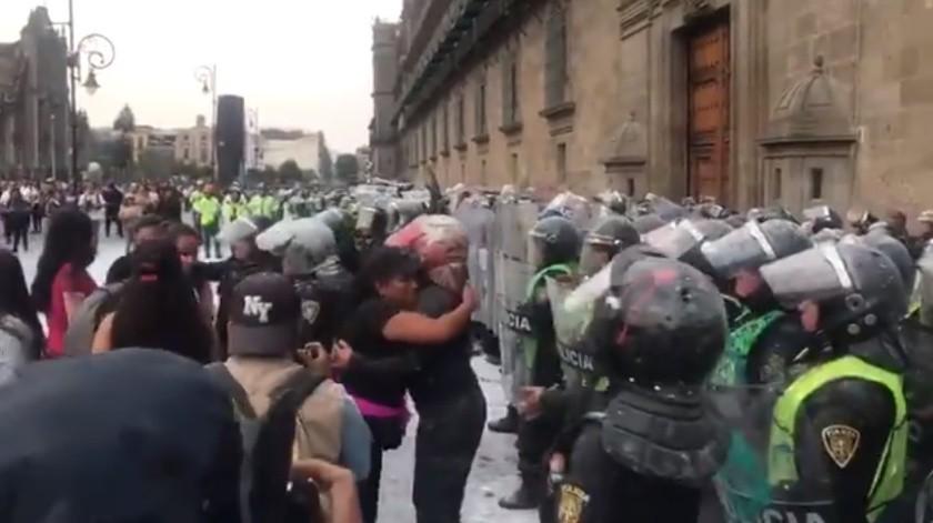 VIDEO: Manifestantes abrazan a mujeres policías durante marcha en CDMX(Captura de pantalla)