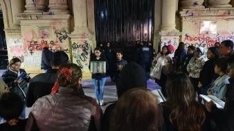 Jóvenes y adultos acudieron a rezar a Catedral y a pintar las paredes que fueron rayadas este 8 de marzo.