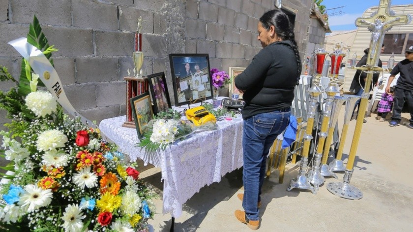 Anselma Moreno, esposa de Jonathan Oros, entrenador de box fallecido en accidente carretero la madrugada del domingo, espera los restos de su esposo en su hogar en Puerto Peñasco(Eleazar Escobar)