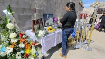 Anselma Moreno, esposa de Jonathan Oros, entrenador de box fallecido en accidente carretero la madrugada del domingo, espera los restos de su esposo en su hogar en Puerto Peñasco