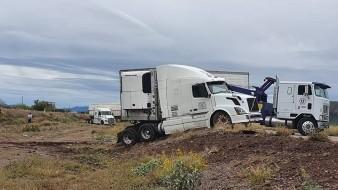 VIDEO: Tres tractocamiones se salen del camino en tramo Hermosillo-Guaymas