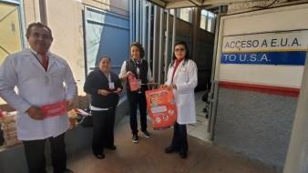 El médico Ramiro Laguna Quintero (izq.), jefe de la Jurisdicción Sanitaria 3 de la Secretaria de Salud, en el cruce fronterizo de Nogales, Arizona