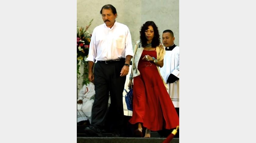 El presidente electo nicaragüense Daniel Ortega camina con su esposa Rosario Murillo durante una misa en su cumpleaños en Managua, Nicaragua, el sábado 11 de noviembre de 2006(AP / AP)