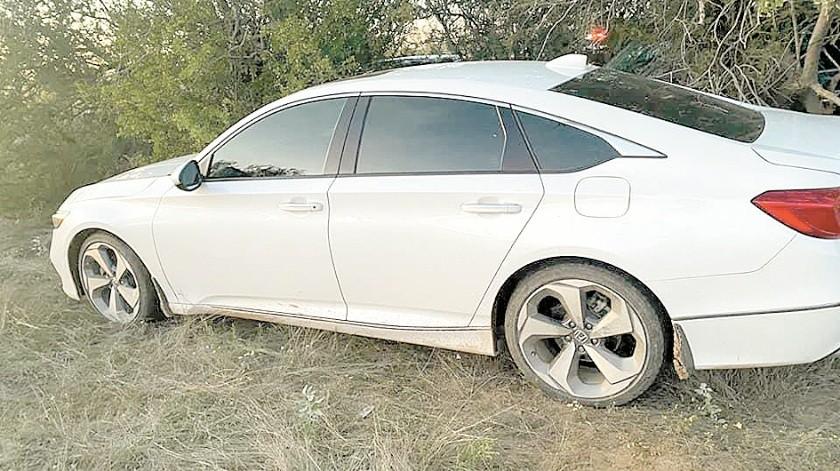Uno de los tres automóviles encontrados por policías estatales en una brecha.(EL IMPARCIAL)