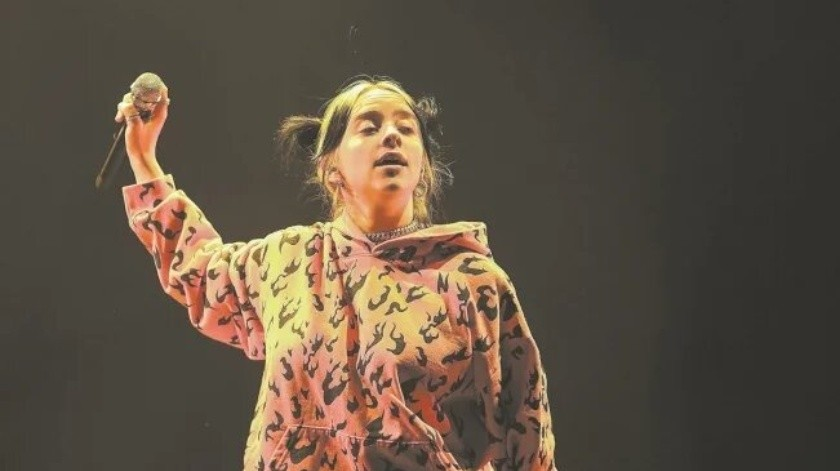 Billie Eilish se desprende de sus ropas en un concierto