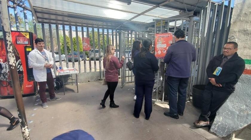 La mañana de ayer personal de salud operaba filtro preventivo a la entrada de Estados Unidos en la Garita Puerta de México en Nogales.(Rubén Ruiz)