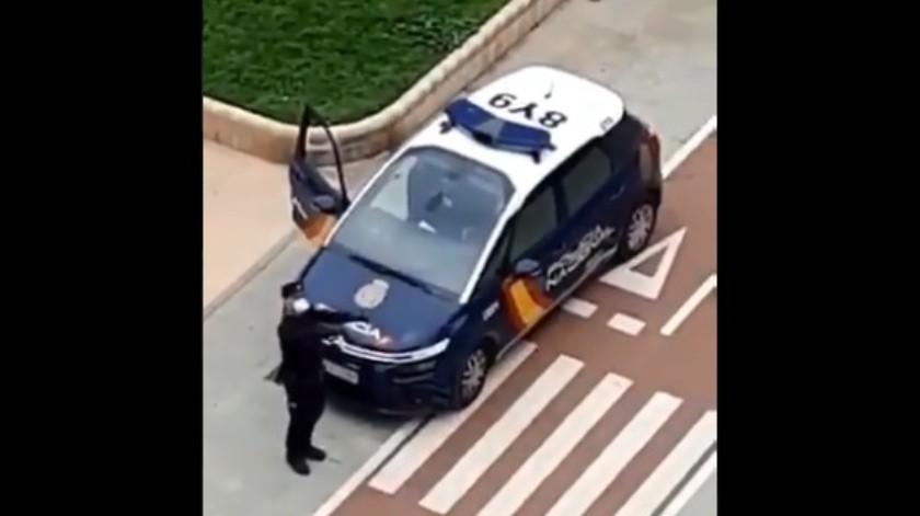 El oficial se muestra con un tapabocas y al fondo se escuchan unas mujeres quienes se mostraron sorprendidas en un principio por la acción del policía.(Captura de pantalla.)
