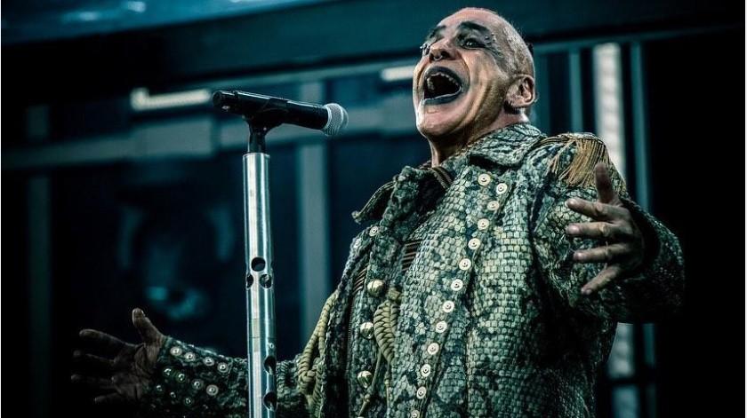 Till Lindemannsorprendió al salir al escenario en una burbuja de plástico.(Instagram: rammsteinofficial)