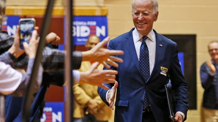 Joe Biden sube a un escenario durante un acto en Norfolk, Virginia, el 1ro de marzo del 2020(Copyright 2020 The Associated Press. AP)