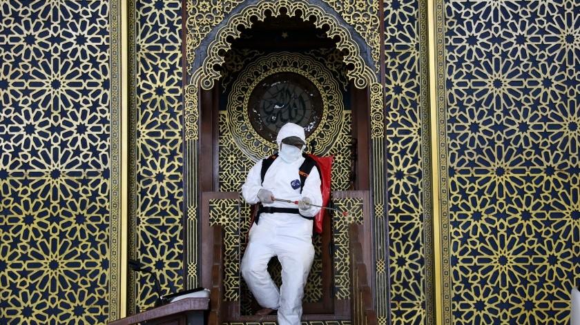 Un trabajador rocía desinfectante en la mezquita de Al Akbar en medio del temor al brote de un nuevo coronavirus en Surabaya, en Java Oriental, Indonesia, el martes 17 de marzo de 2020.(AP)