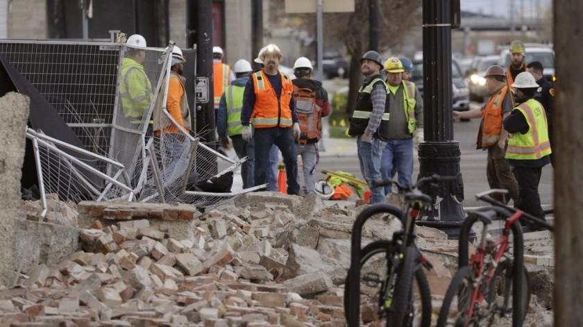 Los trabajadores de la construcción observan los escombros de un edificio después de un terremoto el miércoles 18 de marzo de 2020 en Salt Lake City. Un terremoto de magnitud 5.7 ha sacudido la ciudad y muchos de sus suburbios.(AP)