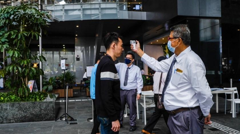 """El máximo responsable de la OMS también hoy resaltó como un """"increíble logro"""" el anuncio por parte de laboratorios de China y EU de que ya han comenzado los primeros tests.(AP)"""