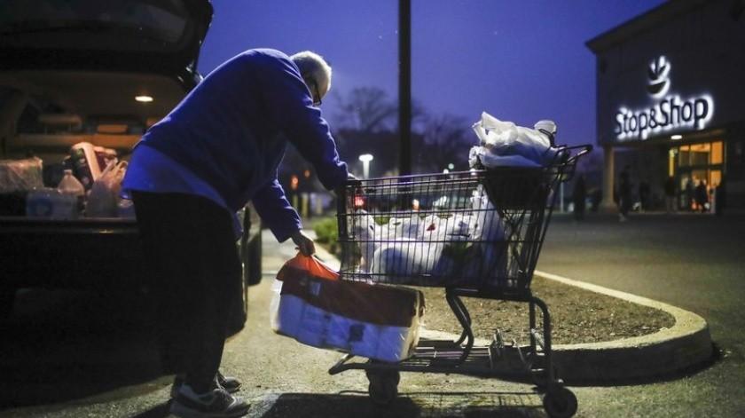Target, Whole Foods, Walmart y Dollar General, así como supermercados en Europa, comenzaron esta semana a reservar horarios en la mañana para los clientes mayores.(AP)