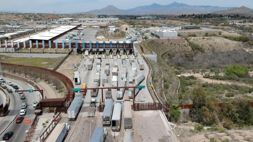 México y Estados Unidos acordaron tener abierta la frontera a la actividad comercial y restringir viajes no esenciales, como turismo, por la pandemia de coronavirus.
