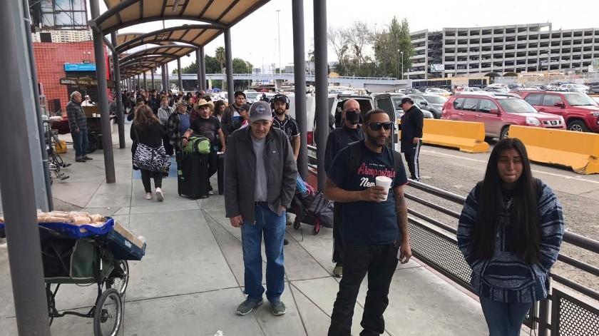 Aumentan flujo peatonal para cruzar a Estados Unidos.(Khennia Reyes)