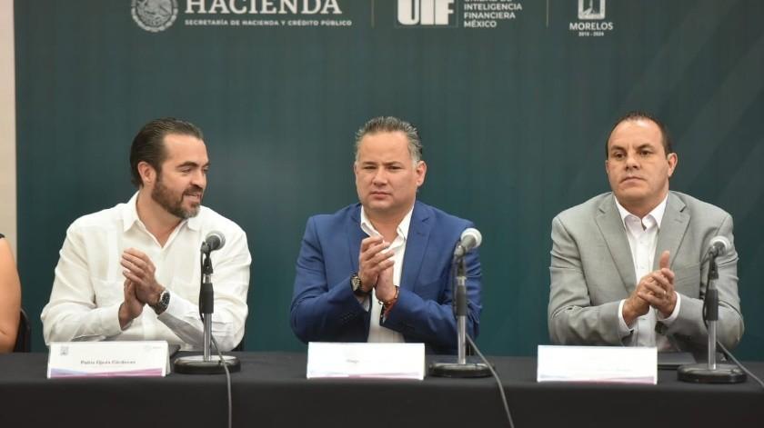 Santiago Nieto (centro), titular de la Unidad de Inteligencia Financiera de la SHCP, y Cuauhtémoc Blanco (der) Gobernador de Morelos(Gobernador del Estado de Morelos Twitter @cuauhtemocb10)