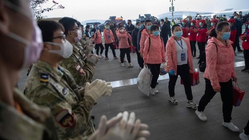 Personal medico se marcha ingresa entre aplausos al aeropuerto internacional de Wuhan, que fue el epicentro del coronavirus.(Xinhua)