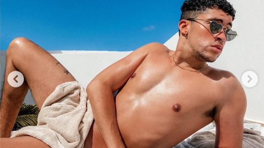 Bad Bunny cubre su desnudez con una simple toalla y da cuentas de Spotify Premium