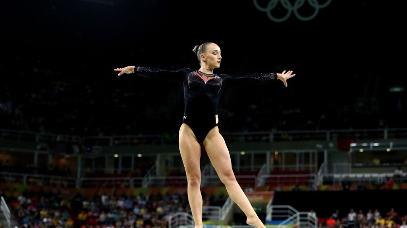 Campeona olímpica en cuarentena entrena con viga de equilibrio en su departamento.(Twitter)