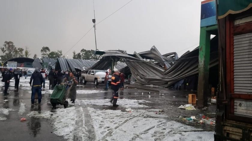 Debido fuertes lluvias e intenso granizo se colapsa techo de Central de Abastos(@SGIRPC_CDMX)