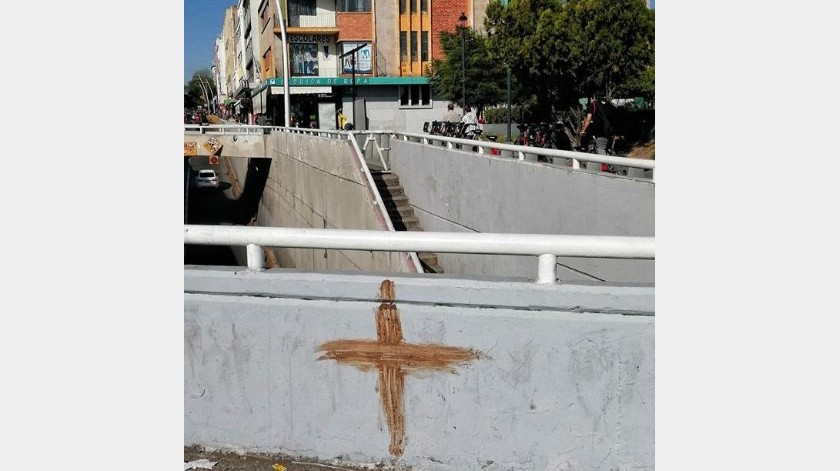 Se rumora que en Guadalajara, un indigente de 25 años se ha dedicado a pintar cruces con su excremento.(Facebook)