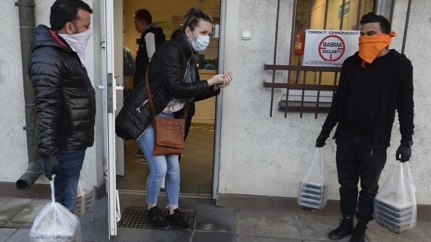 La lucha contra el coronavirus en Polonia ha revelado que no se desperdiciará ningún recurso, ni siquiera el alcohol confiscado.(AP)